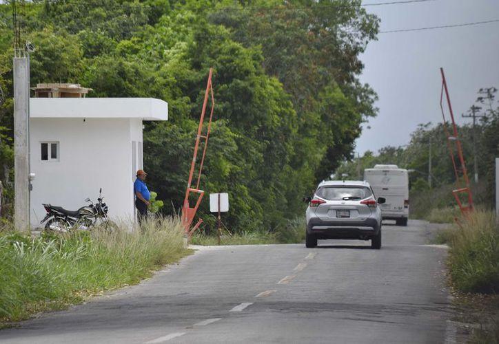 Se han instalado dos plumas para controlar el acceso a 'El Cedral'. (Gustavo Villegas/SIPSE)