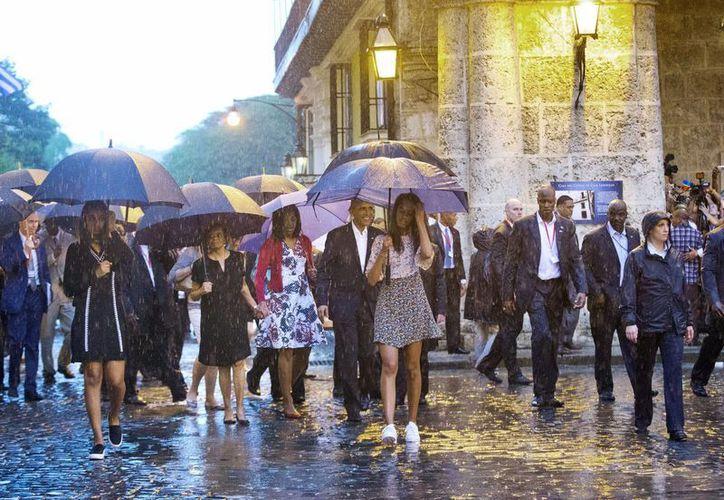 Algunos actos del Presidente de EU tuvieron que ser modificados por el aguacero que cayó en la capital cubana: hacía semanas que no llovía con tal intensidad. (AP)