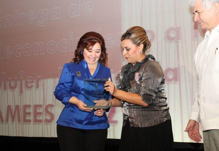 La Fiscal General del Estado recibe el premio de manos de la presidenta de AMMEES, Diane Carrillo Vega. (Cortesía)