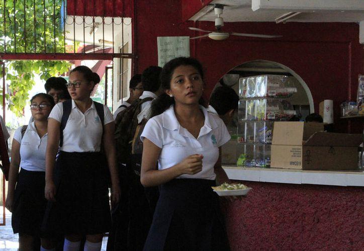 Los colegios trabajan con otras dependencias, para conocer el porcentaje de la matricula que ha consumido drogas. (Fotos: David de la Fuente)