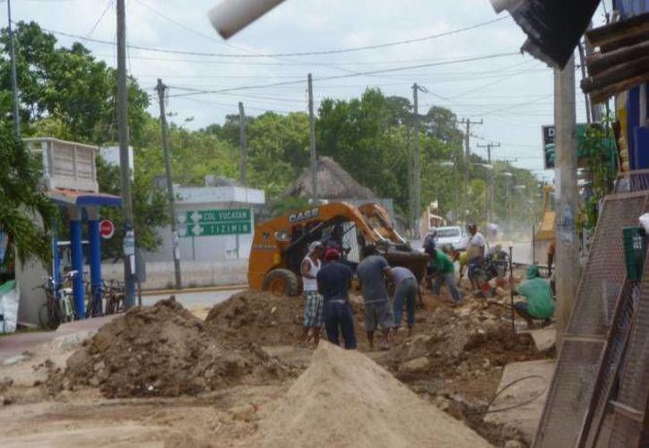 Continúan los trabajos de ampliación de la red de agua potable. (Raúl Balam/SIPSE)