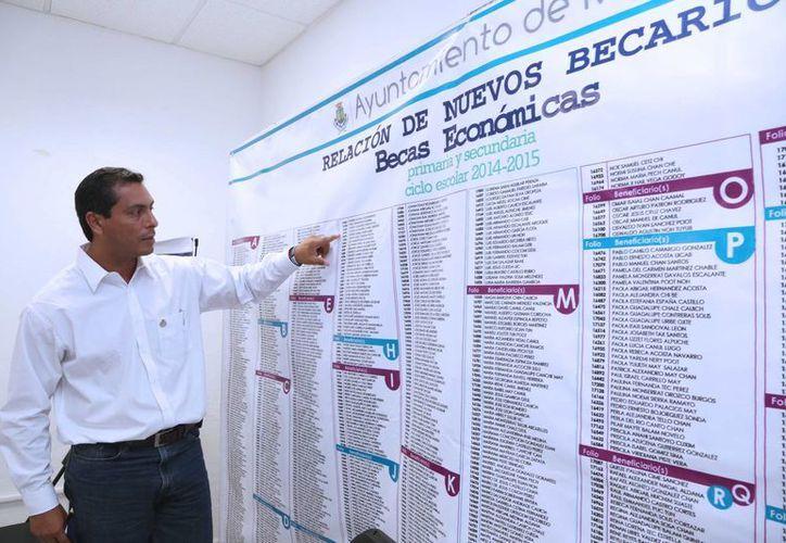 El director de Desarrollo Social del Ayuntamiento, Julio Sauma Castillo, en la presentación de la lista de beneficiarios que obtuvieron una beca. (SIPSE)
