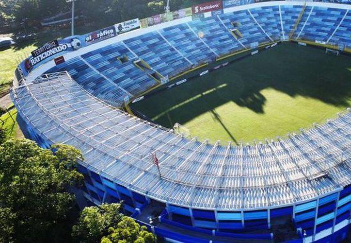 El ambiente que se genera en el estadio Cuscatlán de El Salvador suele ser hostil con sus visitantes; sobre todo cuando el Tri asiste, pero esta vez las cosas podrían ser muy diferentes debido a la baja convocatoria local. (elsalvadorfutbol.com)
