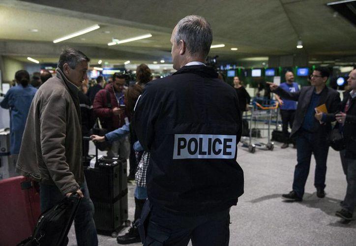 Un oficial galo de la Policía de Fronteras vigila en el aeropuerto Roissy-Charles de Gaulle cerca de París. (Archivo/EFE)