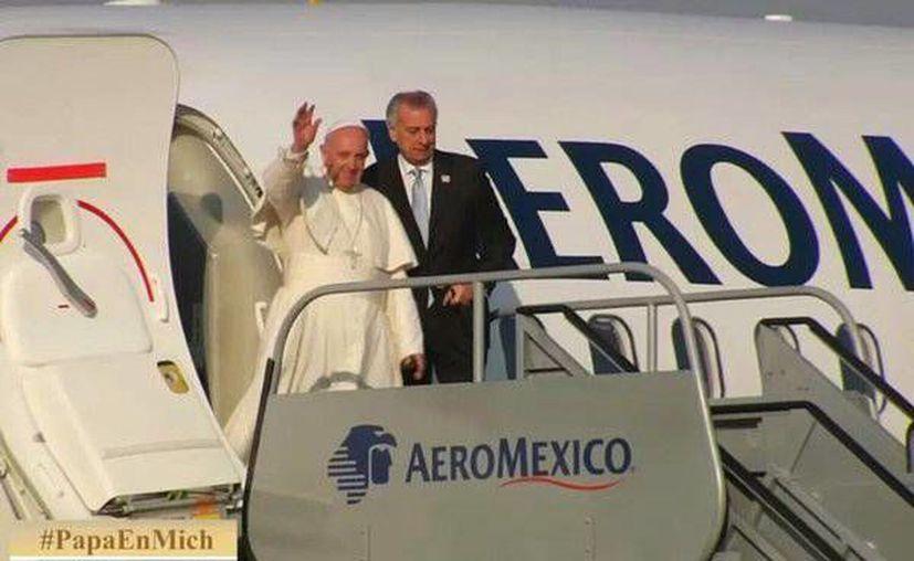 A las 08:40 horas aterrizó el avión Boeing 737-800 que trasladó al Papa Francisco al Aeropuerto Internacional General Francisco J. Mujica de Morelia Michoacán. (twitter.com/GobMichoacan)