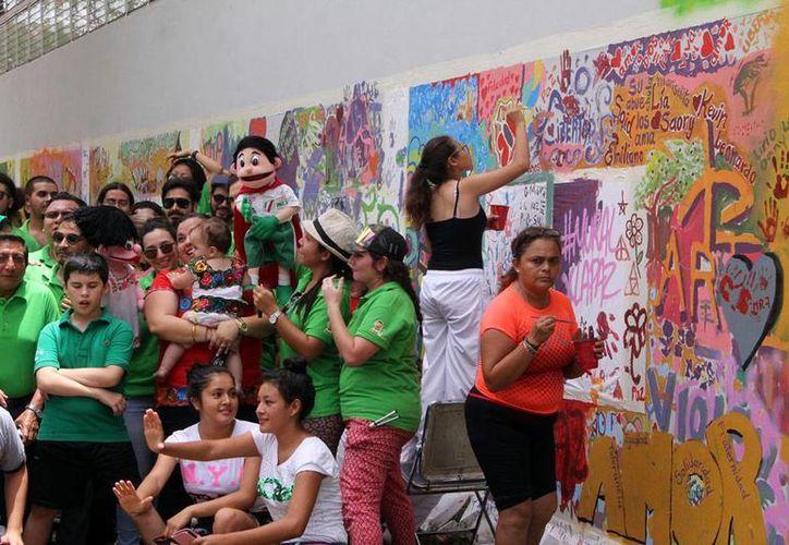Unas 600 personas participaron en la pintura que se realizó como un mensaje a favor de la prevención del delito, en Mérida. (Milenio Novedades)