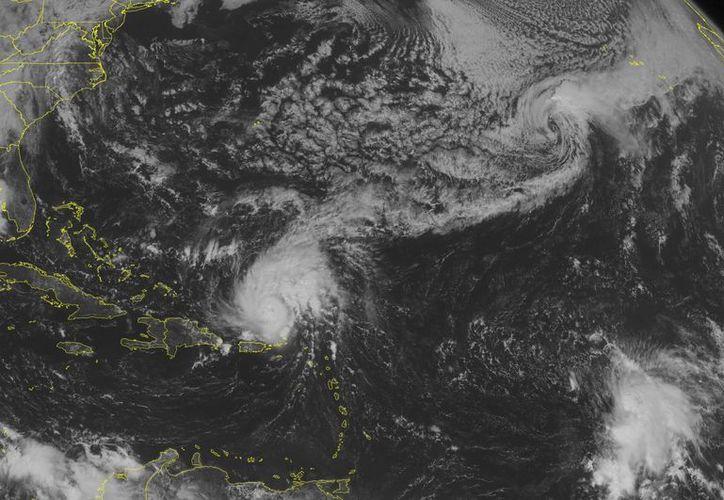 Se espera que el huracán Gonzalo aumente su potencia en las próximas horas al desplazarse en las costas de Bermudas. (AP)