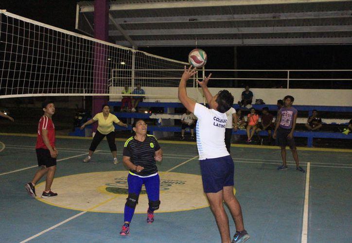 Fue un duelo digno de una final, en donde 'L@s Perrísim@as' lograron sacar las 'garras' y triunfar  en la Liga municipal de voleibol mixto. (Miguel Maldonado/SIPSE)