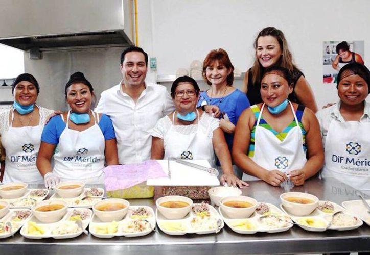 """El alcalde Mauricio Vila acompañó a las cocineras del comedor """"Roble Agrícola"""". (Milenio Novedades)"""