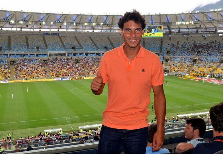 Rafael Nadal pisó por primera vez el césped del estadio Maracaná para dar la patada inicial del partido entre el Vasco de Gama y el Flamengo. (EFE)