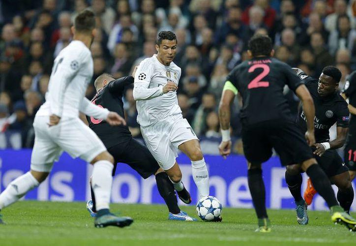 Real Madrid jugó peor que PSG, pero ganó 1-0 con un gol de Nacho para clasificar a octavos de final de UEFA Champions League. (AP)