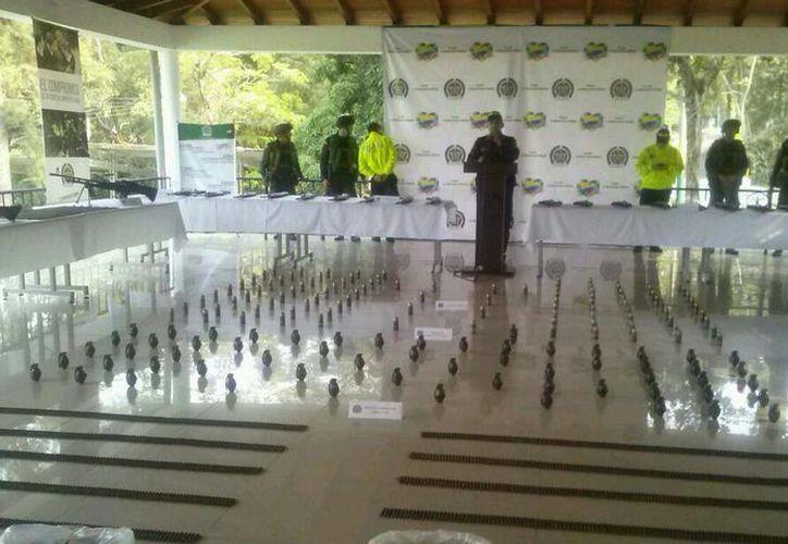 Policía colombiana decomisó 28 fusiles, dos ametralladoras, tres morteros una gran cantidad de granadas de diferentes tamaños. (@mindefensa)