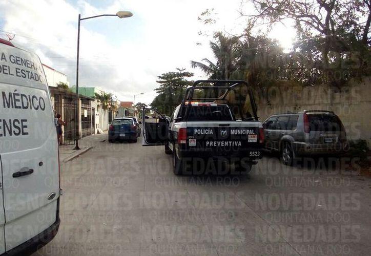 El personal del Semefo se encargó del levantamiento del cuerpo. (Eric Galindo/SIPSE)