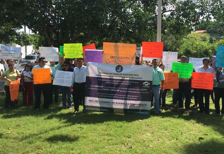 Manifestación de docentes del plantel Conalep I, frente a las oficinas locales del Palacio de Gobierno. (SIPSE)