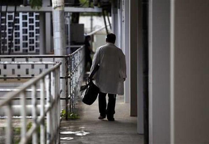 Un médico camina por un pasillo del Centro Médico de San Juan, Puerto Rico. (Agencias)