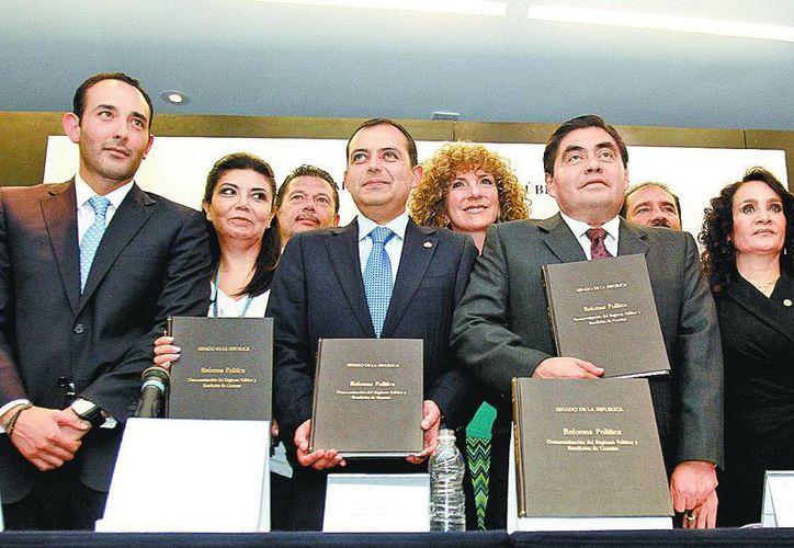 Roberto Gil, Ernesto Cordero y Miguel Barbosa, al término de la presentación del proyecto. (Milenio Novedades)