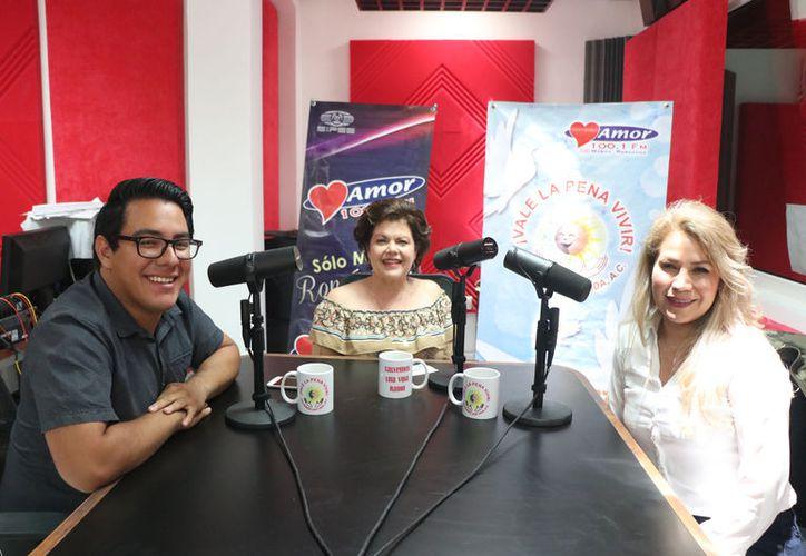 El conductor Ángel Pinto, Alis García (creadora de Salvemos una Vida) y la invitada Lianna Rebolledo, durante la emisión del programa. (Daniel Sandoval/Novedades Yucatán)