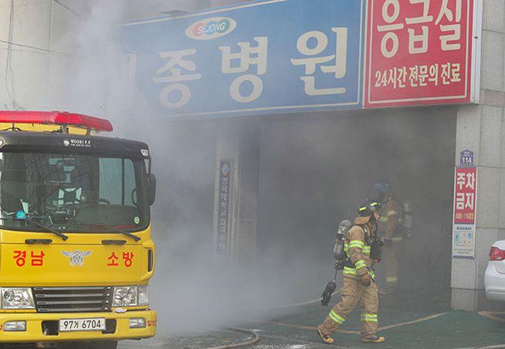 Bomberos apagan el fuego declarado en el hospital de la ciudad surcoreana de Miryang. (Foto: YONHAP)