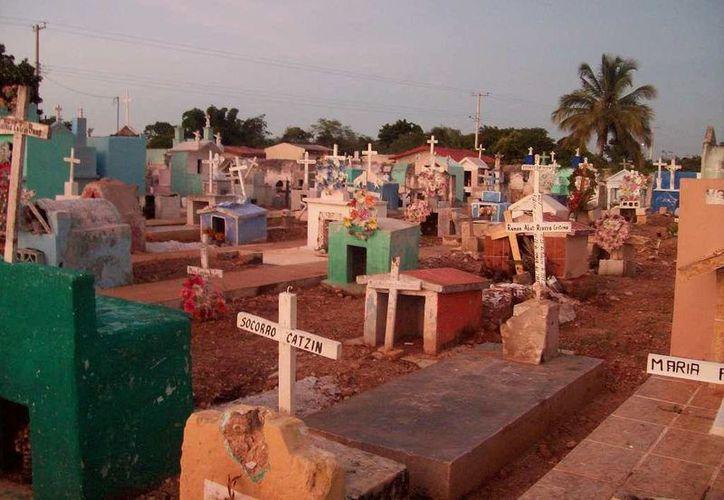 """De entre estas tumbas se levantó el presunto """"vampiro de Dzemul"""" en busca de sangre. (Jorge Moreno/SIPSE)"""