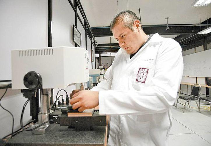Realizan los trabajos de investigación en el laboratorio de ingeniería de superficies de la ESIME, unidad Zacatenco. (Milenio)