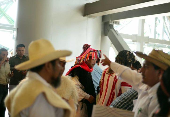 Según Conapo en México hay 10 millones 845 mil 975 indígenas. Imagen de un grupo de nativos durante un congreso en Mérida. (Milenio Novedades)