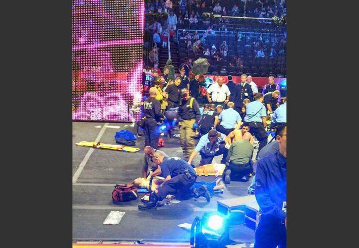 Socorristas atendieron a los acróbatas tras caer durante su acto en el circo Ringling Brothers and Barnum and Bailey Circus. (Agencias)