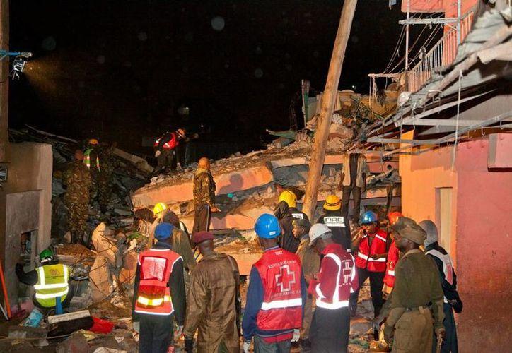 Los equipos de emergencia kenianos no han confirmado muertos en el desplome de un eficicio en Nairobi. (AP)