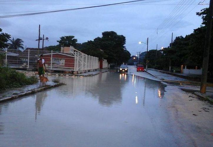 Las lluvias que cayeron en días pasados afectaron a las vialidades de la localidad. (Sara Cauich/SIPSE)