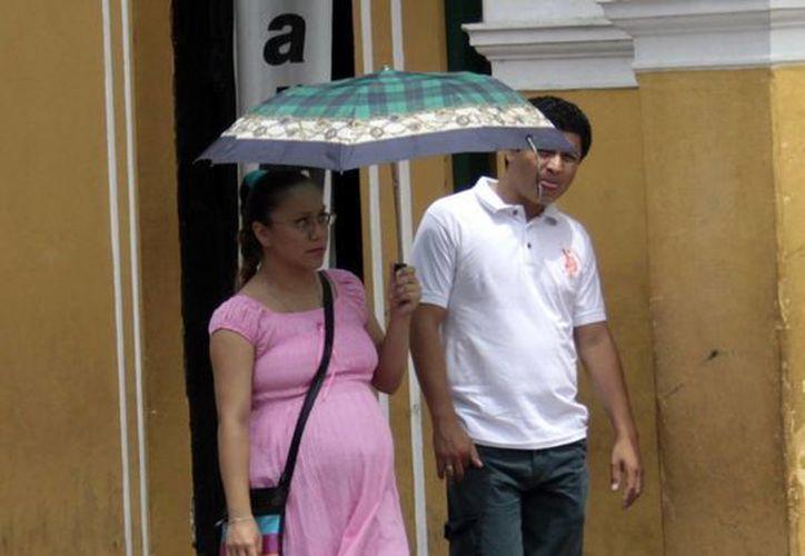 En la imagen una mujer embarazada camina por las calles de Mérida. Los riesgos de madres  fumadoras son diversos como la afectación en el crecimiento y desarrollo del bebé. (Milenio Novedades)