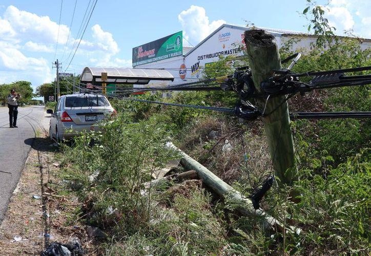 El conductor de un Tiida se estrelló de frente contra un poste de Telmex en el kilómetro 39 del Anillo Periférico. (SIPSE)