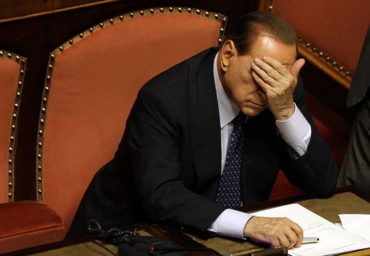 Berlusconi aún enfrenta un cargo por soborno y otro por tener sexo con una menor a cambio de dinero. (Agencias/Foto de archivo)
