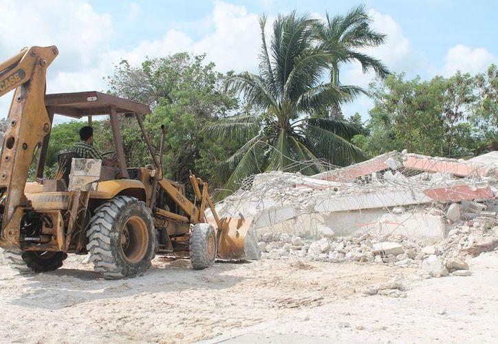Sólo falta por derruir el edificio donde se ubica la antigua cárcel del municipio. (Javier Ortiz/SIPSE)