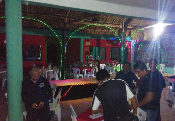 La semana pasada la policía realizó un intenso operativo en bares y centros nocturnos para verificar sus documentos.