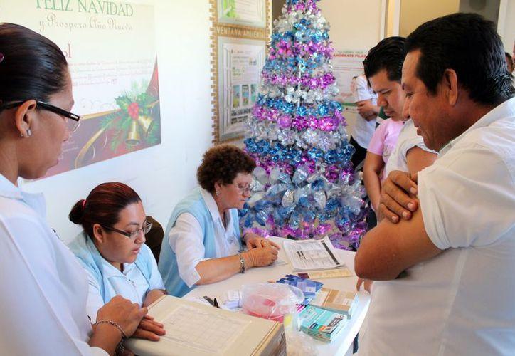 La vacuna se está aplicando en los centros de salud y en el Hospital General; es gratuita y se cuenta con suficientes, afirman. (Ernesto Neveu/SIPSE)