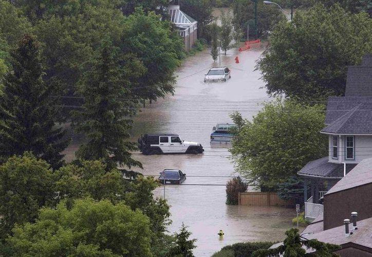 Algunas calles de Fort McMurray, en la provincia de Alberta, están intransitables por los altos niveles de agua. (Agencias)