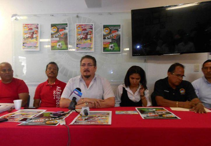 El torneo  relámpago de fútbol, de acuerdo a Julio Ruiz, se disputará  en el campo de pasto sintético. (Redacción/ Cortesía)
