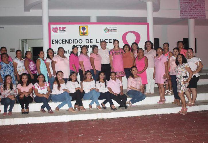 Las autoridades encabezaron el encendido de luces rosa en el Ayuntamiento de Lázaro Cárdenas. (Gloria Poot/SIPSE)