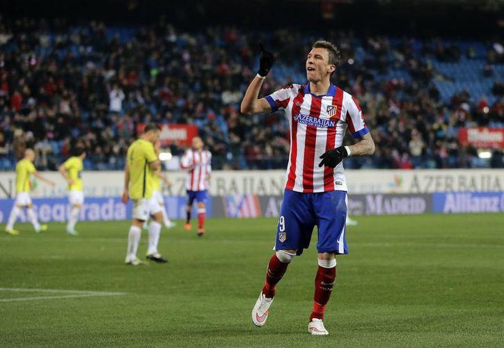 El croata Mario Mandzukic celebra uno de sus goles en partido en que Atlético de Madrid empató 2-2 contra Hospitalet en Copa del Rey. (Foto: AP)