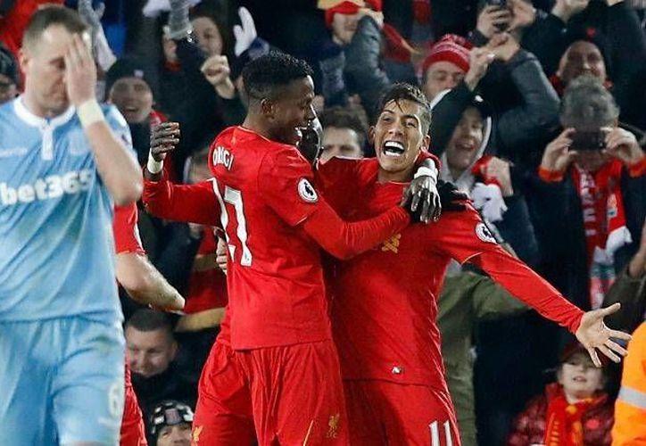 Con su victoria sobre Stoke, Liverpool llegó este martes a 40 puntos por 46 del líder Chelsea, que lleva una impresionante racha de 12 partidos ganados al hilo en la Liga Premier. (AP)
