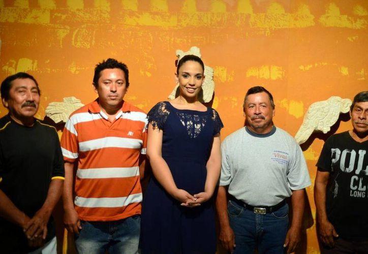 Imagen del personal que montó ayer la exposición en el Museo de Antropología Palacio Cantón. (Milenio Novedades)