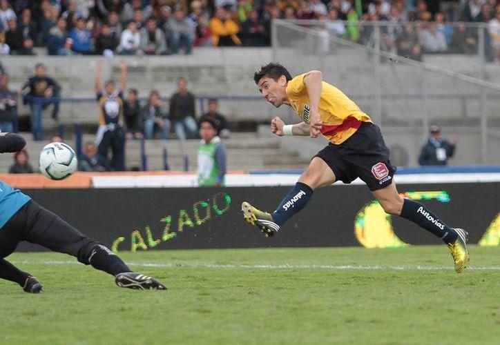 Mancilla, de Monarcas Morelia, contribuyó al triunfo 1-0 sobre Pumas. (Notimex)