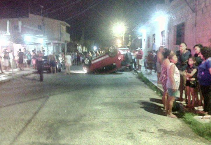 Una mujer alcoholizada volcó en su auto y al mismo tiempo produjo una carambola en Progreso. (Gerardo Keb/Milenio Novedades)