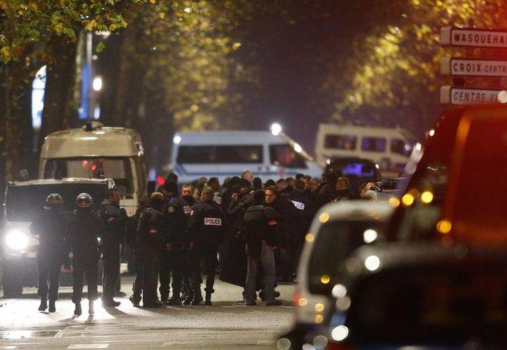 Autoridades vigilan durante una toma de rehenes por parte de un grupo de hombers armados en Roubaix, al norte de Francia. (EFE)