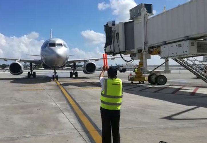 El primer vuelo de Spirit con la nueva ruta fue recibido con los arcos de agua, (Fotos: Alejandro García/SIPSE)