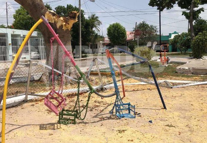 La noche de este lunes un pedazo de tronco cayó sobre estos juegos infantiles de la colonia Miguel Hidalgo, lastimando a seis menores de edad. (Novedades Yucatán)