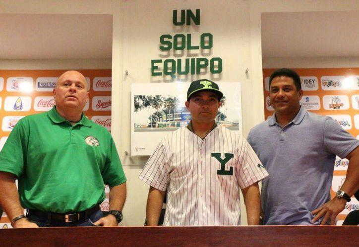 Presentación de Oswaldo Morejón en su segunda etapa con Leones de Yucatán. El yucateco estuvo acompañado por Juan Carlos Cañizales (I) y el manager Willie Romero. (Marco Moreno/Milenio Novedades)