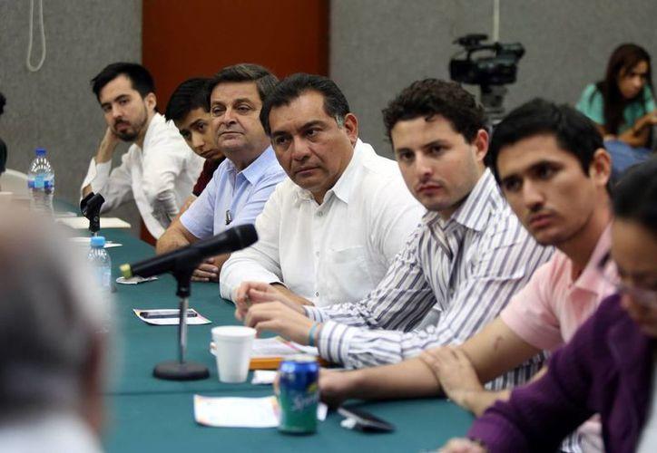 Imagen de Víctor Caballero acompañado de los jóvenes finalistas del Reto Emprendedor. (Milenio Novedades)