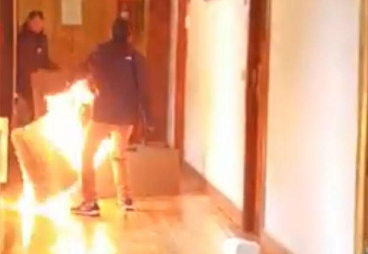 Incendió la oficina donde trabajaba porque no le habían renovado el contrato laboral. (Captura YouTube)