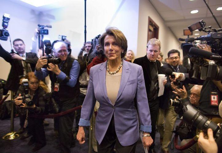 La líder de la minoría demócrata en la Cámara de Representantes, Nancy Pelosi, asiste a las reuniones para evitar el 'precipicio fiscal' celebradas en Washington. (EFE)