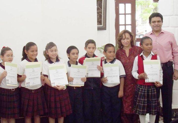 Los ganadores del Concurso Literario Infantil 'Había una vez un derecho'. (Cortesía)